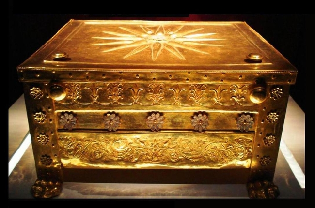 The gold larnax that contained the charred bones of king Philip II. Photo © Wikimedia Commons